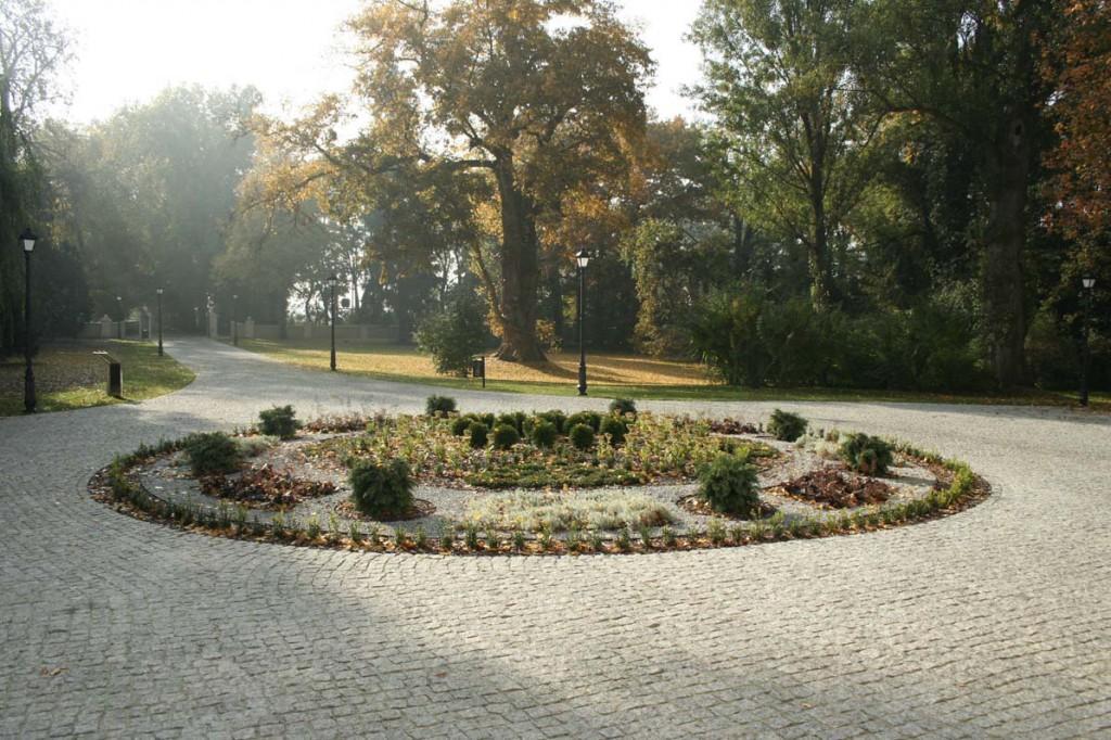 Klomb kwietnik w parku zabytkowym