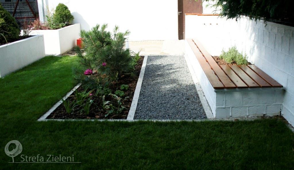 Fontanna z ławką, rabata, trawnik, donice murowane białe