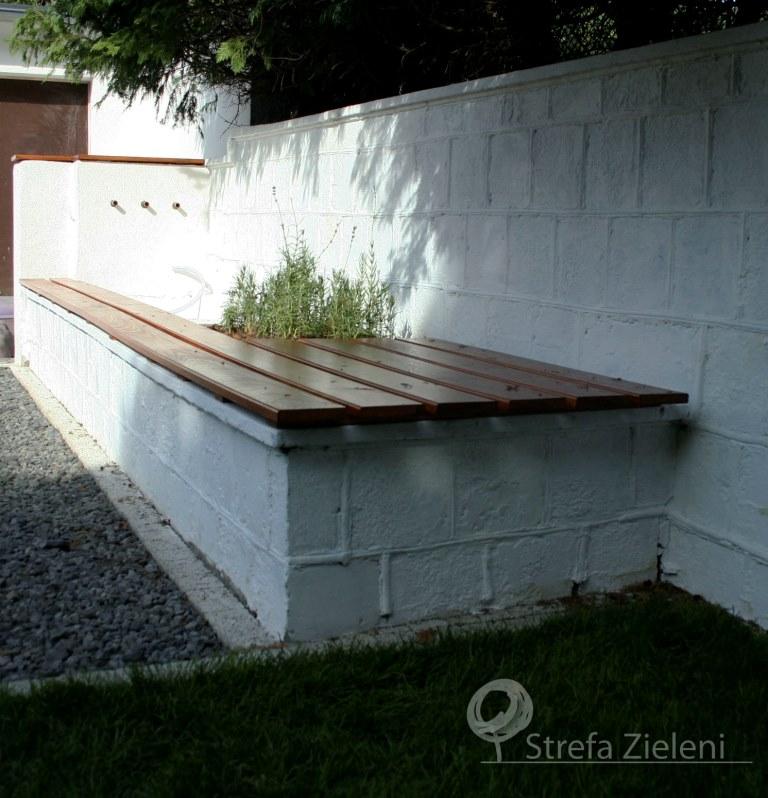 Fontanna z ławką, lawendy, biały mur