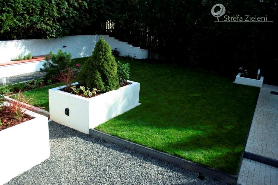 Białe murowane donice, trawnik