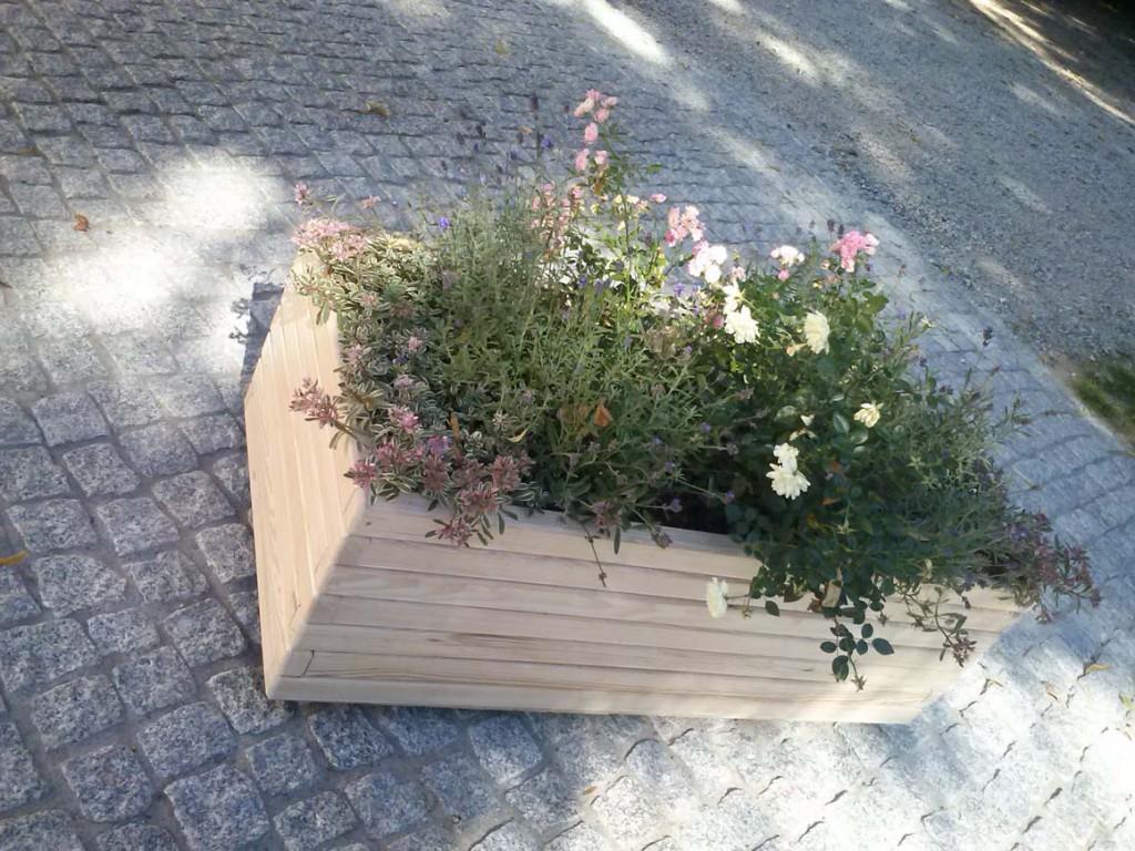 Donica z różami i lawendą w parku, nawierzchnia granitowa w parku zabytkowym