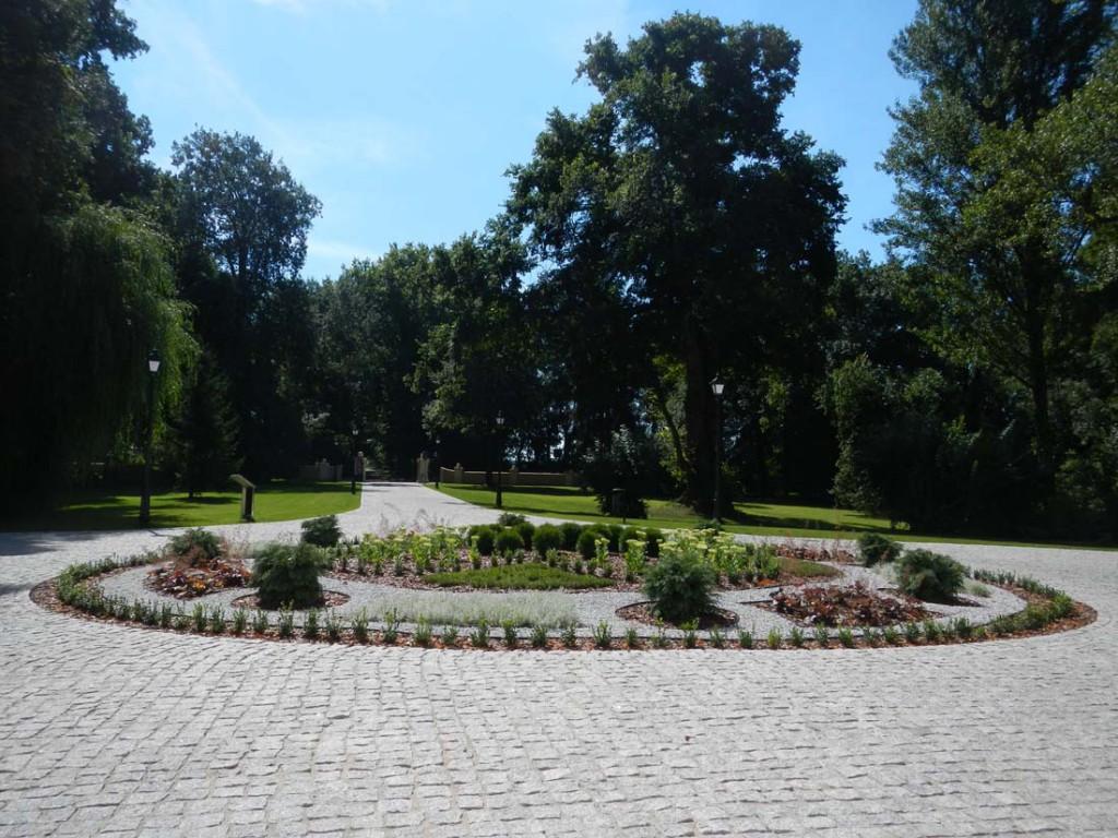 Klomb kwietnik w parku zabytkowym zaraz po założeniu