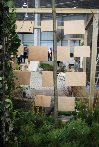 Ogród pokazowy, wiszące książki, gardenia