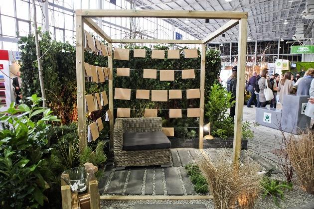 Ogród pokazowy, gardenia, altana z książkami, bujne rośliny