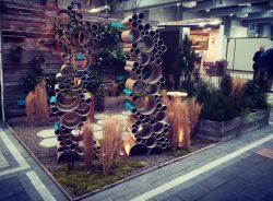 show garden, ogród pokazowy, dom dla owadów, ściana z drewna, niebieskie elementy, kolor