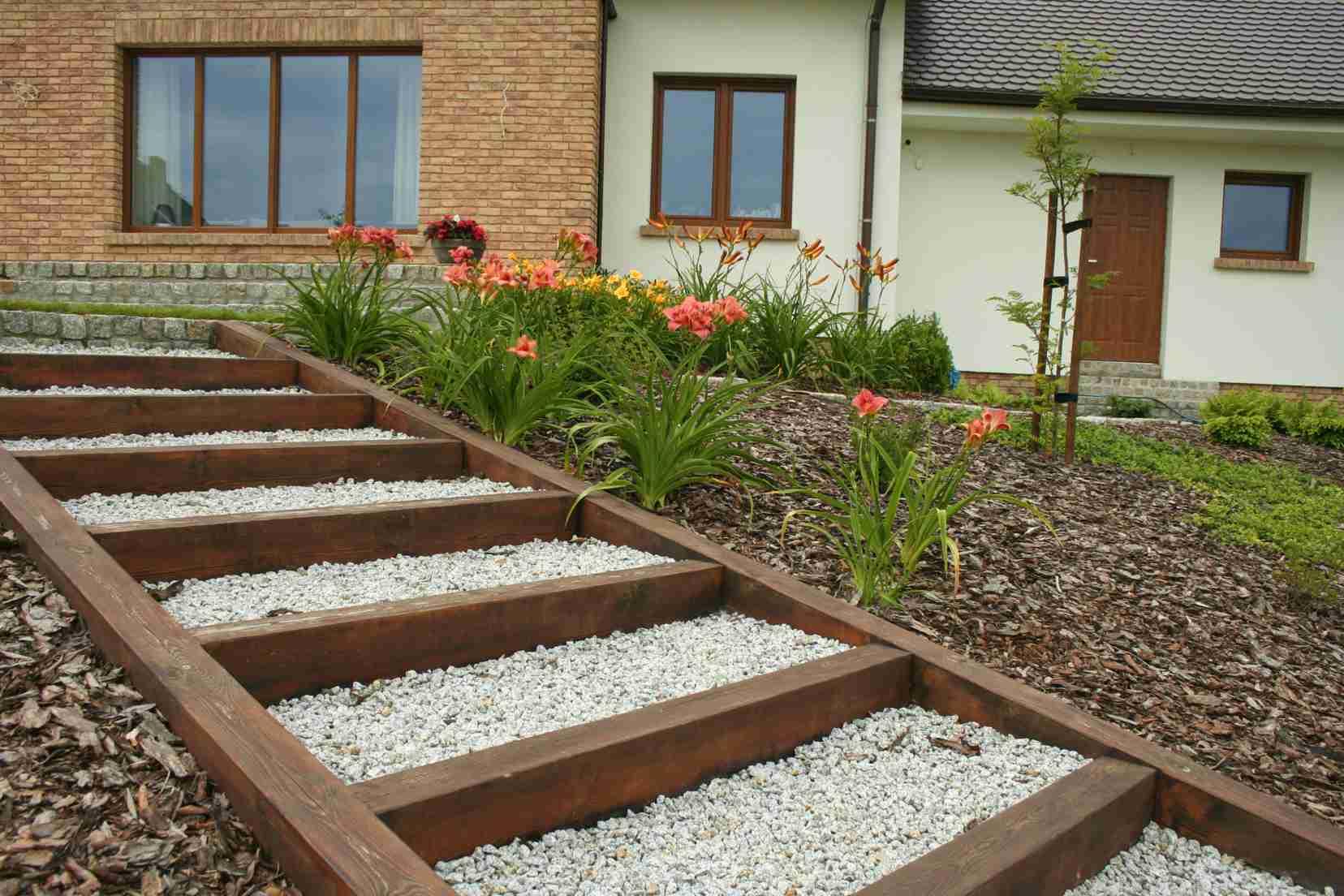 Schody terenowe z drewna i grysu, skarpa, ogród przydomowy
