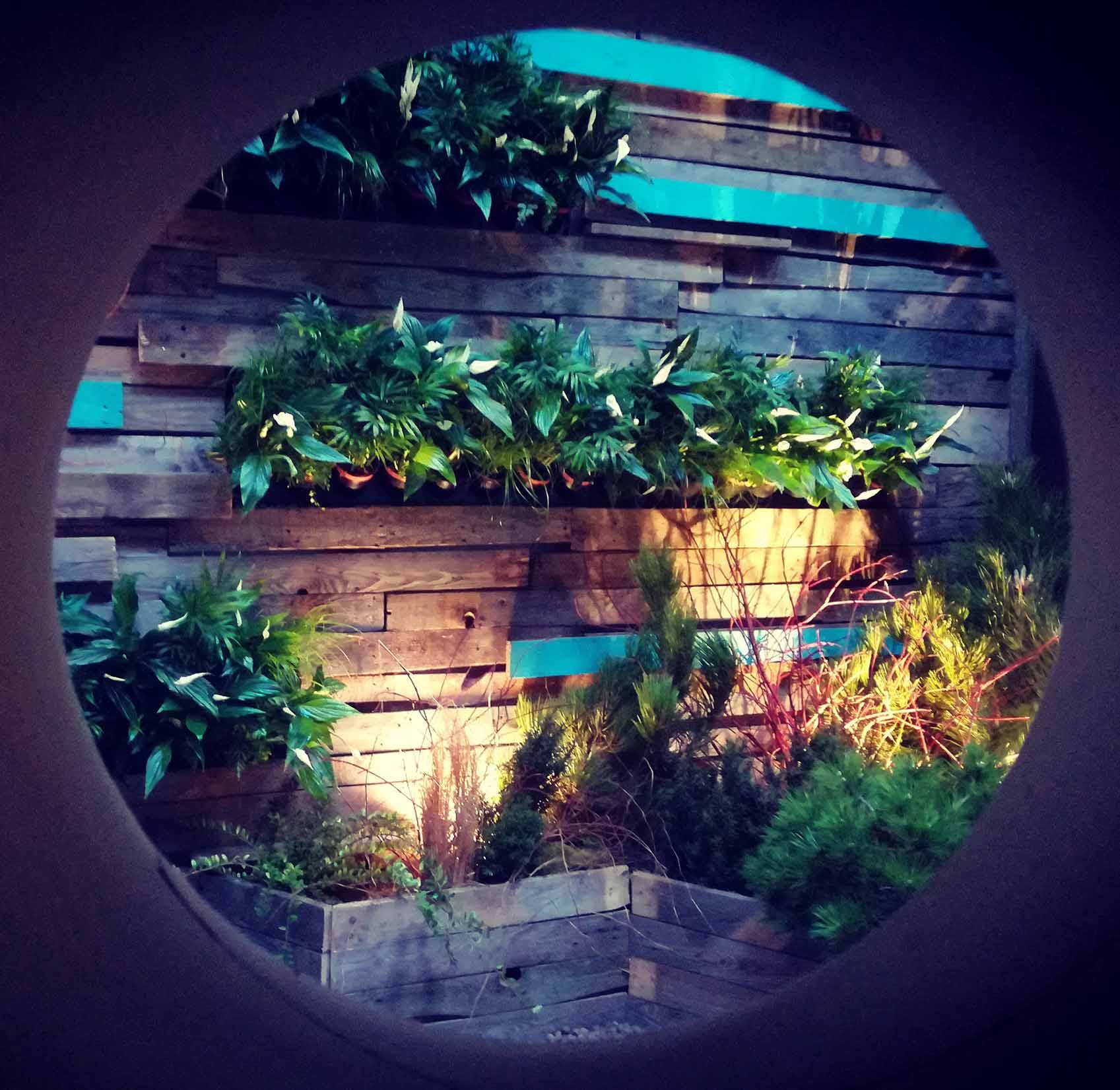 Ogród pokazowy, ściana drewno, niebieskie elementy, pixel