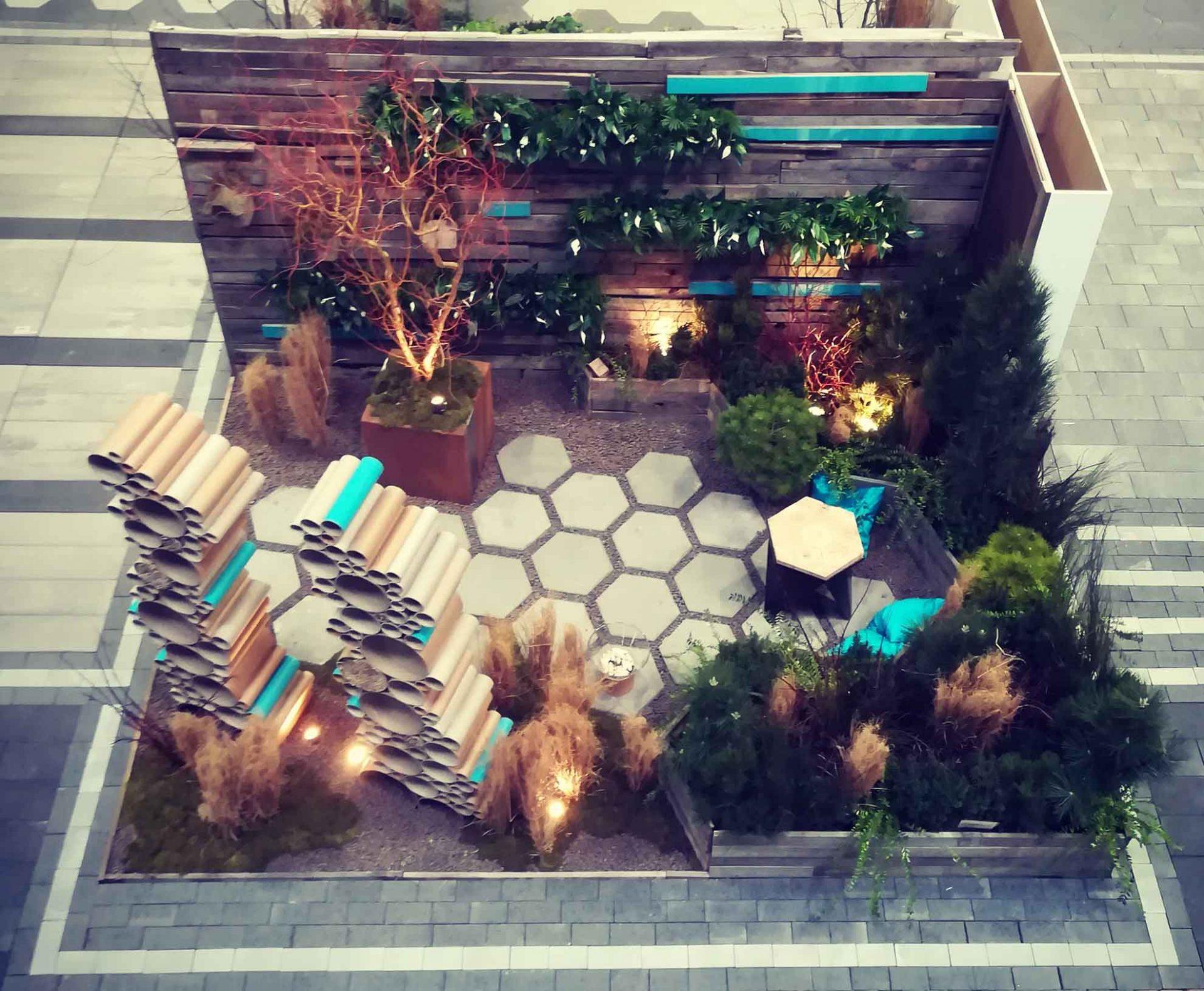 Ogród pokazowy, gardenia, widok z góry, trylinka, rzeźba , niebieskie elementy, widok z góry
