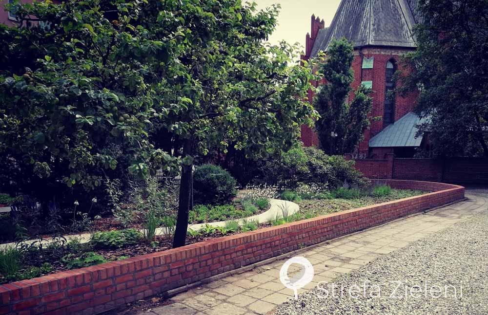 Mur ogrodowy, zabytek, ogród, byliny, jabłonie, ogród w mieście