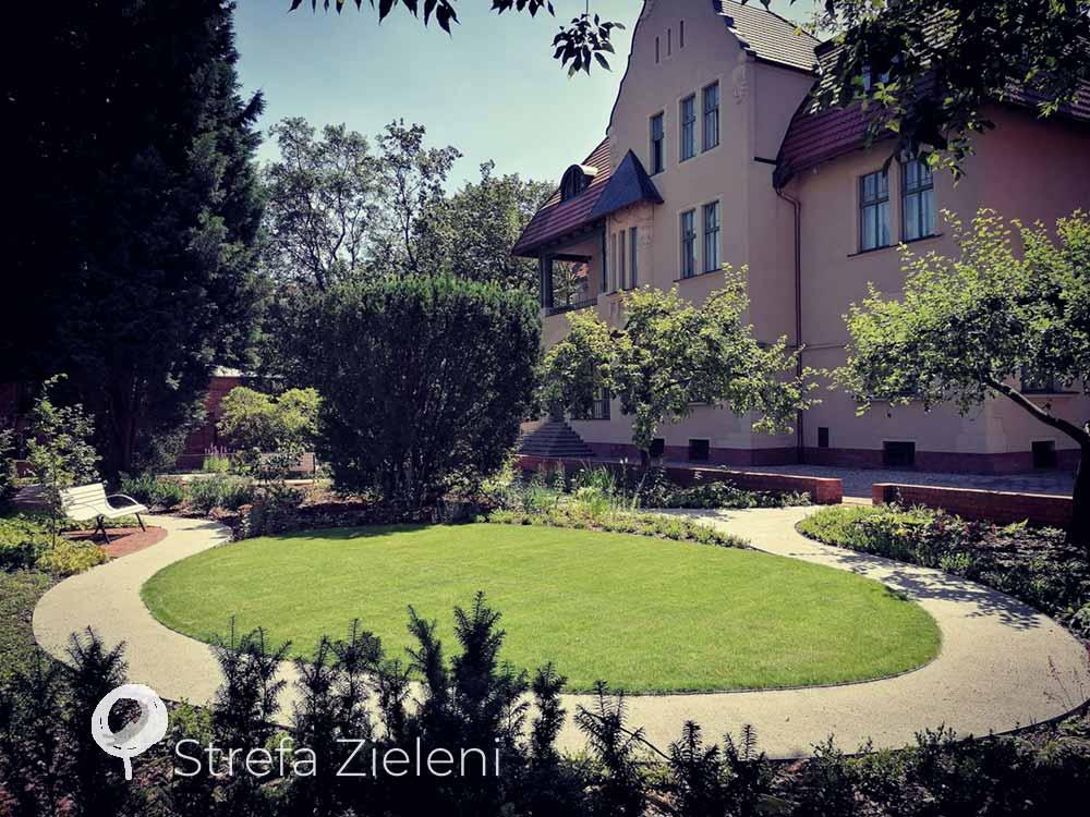 Owalny trawnik, ścieżka wokół trawnika, ogród przy zabytku, renowacja, Poznań, secesja