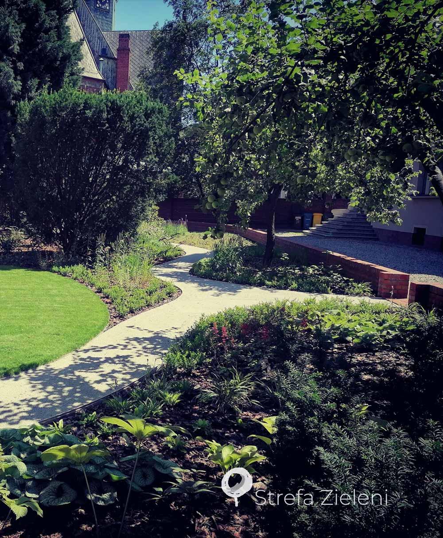 Nasadzenia w ogrodzie, jasna ścieżka ogrodowa, miękkie swobodne linie ogrodowe